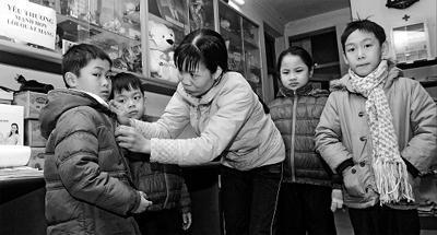 Chị Lê Thị Vân luôn chăm sóc cho các con từng bữa ăn, giấc ngủ. -  Ảnh: DUY LINH