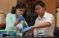 Chị em sinh đôi gốc Việt nhận học bổng tiến sĩ y khoa năm 18tuổi